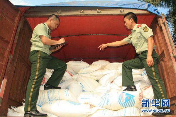 广西/执勤官兵正在清点货物...